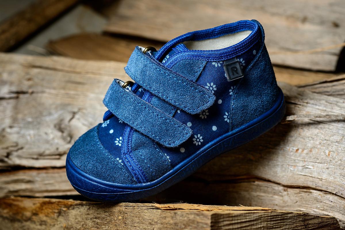 Dvom z Vás donesie Mikuláš darčeky do nových topánok! Súťaž o prekrásne  modrotlačové papučky a tenisky od tradičného slovenského výrobcu Rak-obuv. 0be927271af